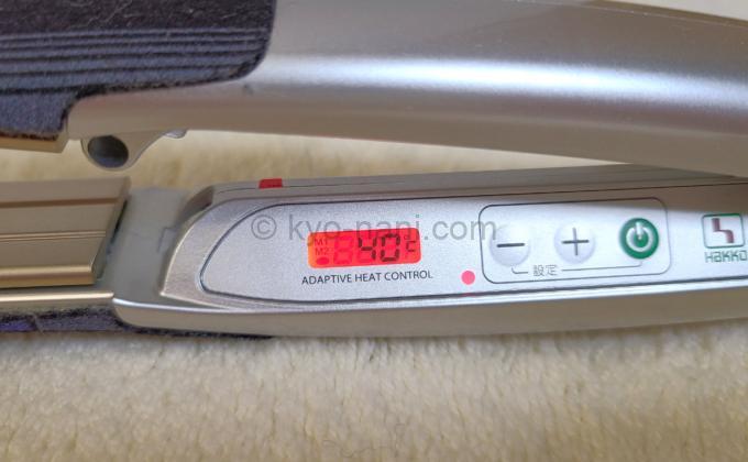 ストレートアイロン ADST(アドスト)の温度表示パネル(赤色)の写真