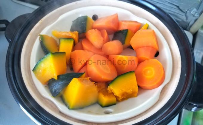 土鍋に蒸しすのこを敷いて野菜を蒸している写真