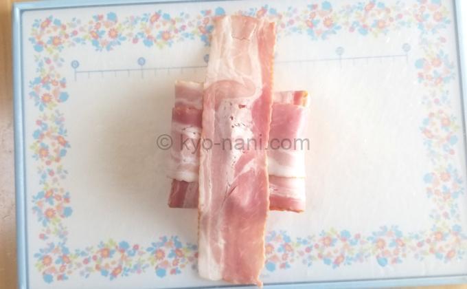 ベーコンでカマンベールチーズを包んでいる途中の写真3