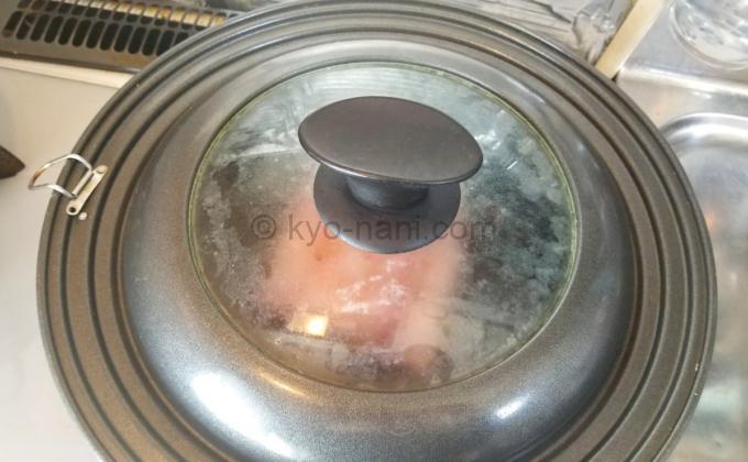カマンベールのベーコン包みをフライパンで焼いている写真3