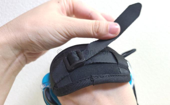 HORIのFit Boxingシリーズ専用Joy-Conアタッチメントのハンドベルトを調整している写真