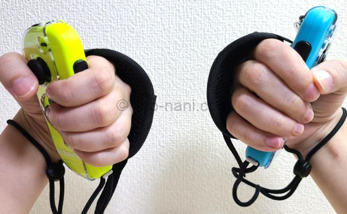HORIのFit Boxingシリーズ専用Joy-Conアタッチメントを付けたJoy-Conを手に持った写真