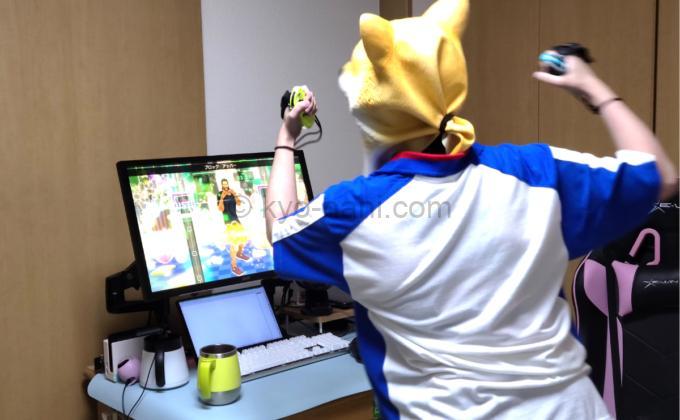 HORIのFit Boxingシリーズ専用Joy-ConアタッチメントをつけたJoy-Conを使ってFit Boxing2(フィットボクシング2)をプレイしている人の写真