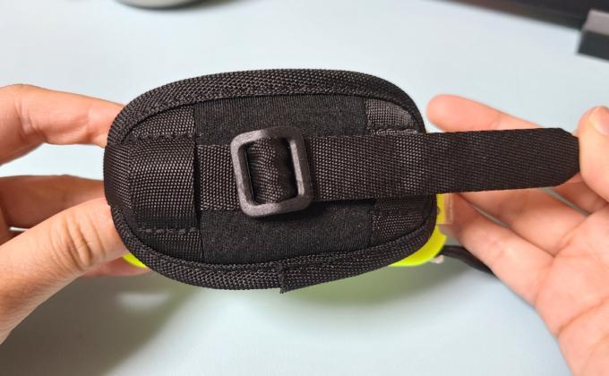 HORIのFit Boxingシリーズ専用Joy-ConアタッチメントをつけたJoy-Conのハンドベルト部分のベルト調整部の写真