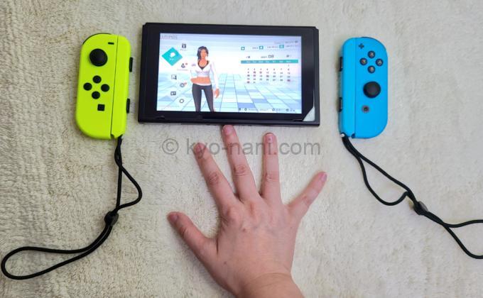Nintendo Switch本体、Joy-Con、手のサイズを比べた写真