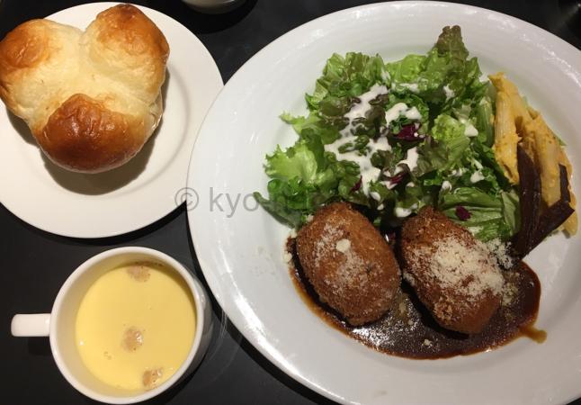 ガーブドレッシングのランチ「ポルチーニ茸のクリームコロッケ」と「スープ」と「湯種パン」のセット