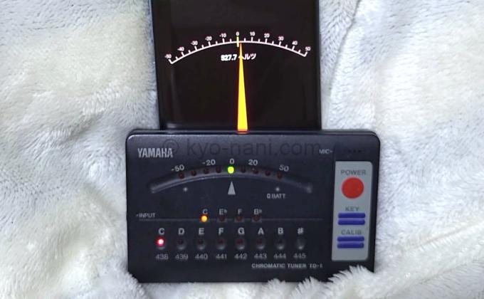 スマホアプリのチューナーとYAMAHAのクロマチックチューナーを同時に使用している写真