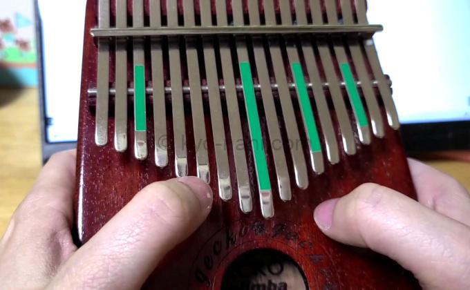 カリンバを弾いている写真