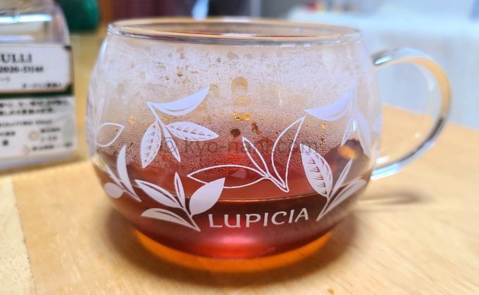 ルピシアの紅茶(ダージリン)「シンブーリ」をカップに注いだ写真