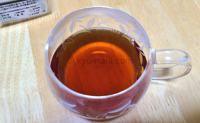 ルピシアの紅茶(ダージリン)「シンブーリ」をカップに注いで上から見た写真