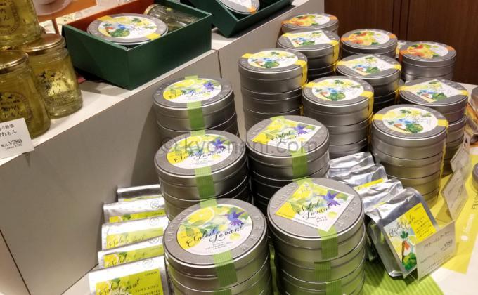 ルピシアのお茶(缶)が積まれている写真