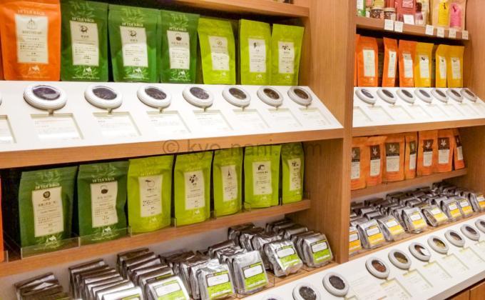 お茶の専門店「ルピシア」の商品棚(商品と一緒に茶葉のサンプル缶が並べてある)
