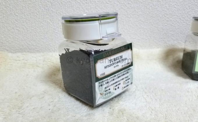 茶葉の入った保存容器にラミネート加工したラベルを貼り付けた写真
