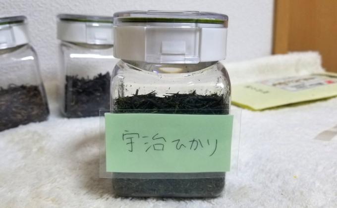 茶葉の入った保存容器にラミネート加工した手書きのラベルを貼り付けた写真