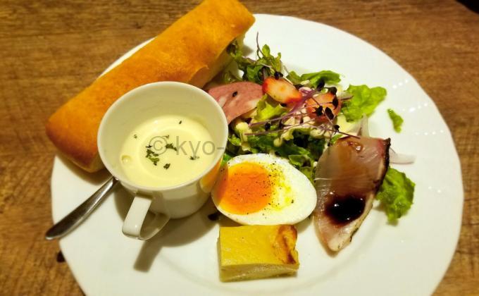イタリア食堂 broadのランチに付く前菜とスープとフォカッチャ