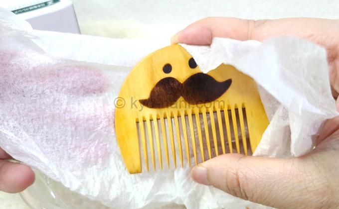 つげ櫛(つげさん櫛)をキムワイプで拭いている写真