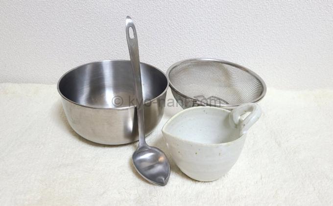 納豆作りに必要な調理器具(おたま、ボウル、ざる等)の写真