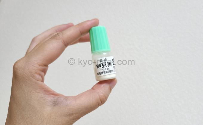 大豆から納豆を作るための納豆菌のボトルを手に持っている写真